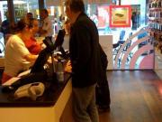 Un consommateur achetant le iPhone