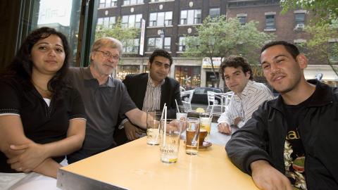 Claude Godbout entouré des quatre participants (de g. à dr.): Ruba Ghazal, Farouk Karim, Akos Verboczy et Daniel Russo-Garrido