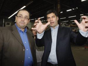 Mario Dumont (à droite) en compagnie de Carl Thibault, propriétaire d'une usine de camions de pompiers à Pierreville.