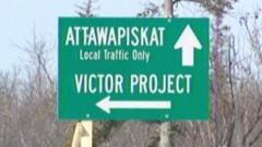 Pancarte de signalisation indiquant les directions d'Attawapiskat et du Projet Victor