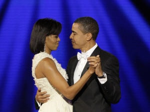Le couple Obama dansent au bal d'investiture.