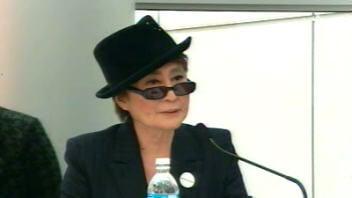 Yoko Ono en conférence de presse au Musée des beaux-arts de Montréal