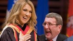 égis Labeaume remet la médaille de la Ville de Québec à Céline Dion.