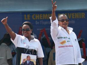 Le président congolais sortant, Denis Sassou Nguesso, et sa femme, Antoinette, salue la foule lors d'un dernier rassemblement partisan, deux jours avant l'élection.