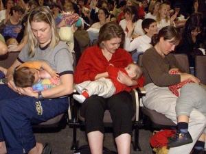 Des mamans avec leur bébé