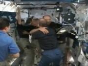Arriv�e des astronautes d'Endeavour dans la Station spatiale internationale