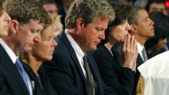 Edward Kennedy Jr., (troisième à partir de la gauche), Vicki Kennedy, (troisième à compter de la droite), le president Barack Obama et son épouse, Michelle Obama et d'autres membres de la famille.