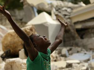 Une jeune Haïtienne est saisie par le désespoir après avoir réalisé la mort de son frère sous les décombres de l'école Saint-Gérard.