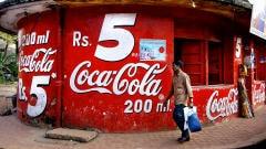 Affiche publicitaire de Coca-Cola en Inde.