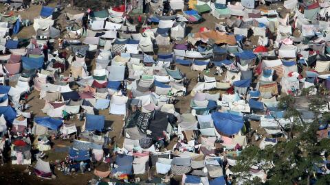 Vue aérienne d'un camp de fortune où s'entassent des sinistrés à Port-au-Prince.