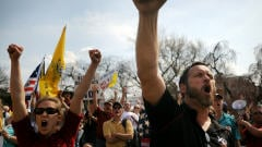 Des opposants à la réforme de la santé manifestent devant le  Congrès.