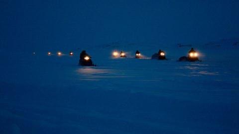 Des habitants d'un village voisin (Kimmirut) arrivent à Iqaluit à la veille du Toonik Tyme.