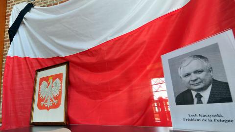 Un ruban noir est apposé sur ce drapeau polonais, en signe de deuil