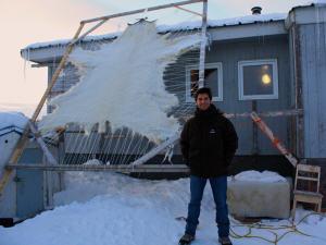 Une peau d'ours polaire sur le bord d'une maison, à Iqaluit