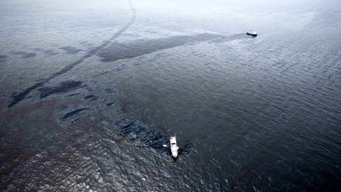 Photo aérienne de l'endroit où la plateforme pétrolière a sombré,  dans le golfe du Mexique.