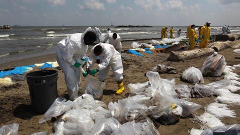 Des employés de BP tentaient de nettoyer une plage à Port-Fourchon, en Louisiane, en mai dernier.