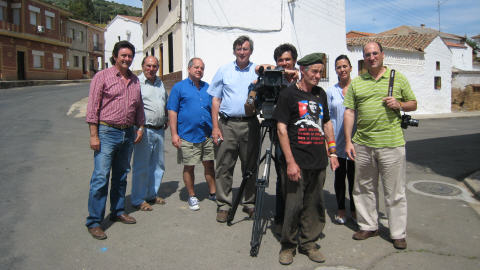 De gauche � droite : le maire Emilio Jim�nez, le restaurateur, le r�alisateur Georges Amar, le journaliste Jean-Michel Leprince, Sergio, El Pirata, Angela, l'�pouse du maire, Francisco Ferrandiz, anthropologue social et initiateur de la rencontre � Fontanosas