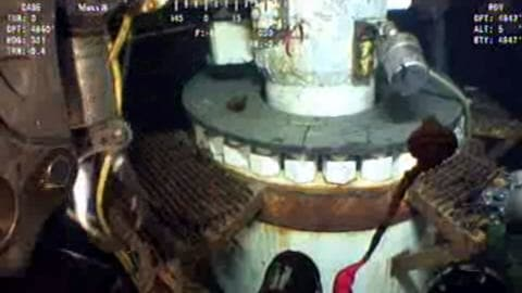 Image extraite d'une vidéo de BP qui montre l'équipement utilisé  pour tenter de colmater la brèche d'où s'écoule le pétrole dans le golfe  du Mexique, le 3 juin 2010.