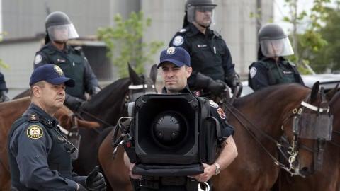 Un policier tient le canon sonore LRAD-X 100 au cours d'un exercice de sécurité et de contrôle des foules tenu à Toronto le 3 juin dernier, en prévision du sommet du G20.