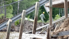 Une partie de la route s'est effondrée à Bowman dans le séisme  de  magnitude 5.