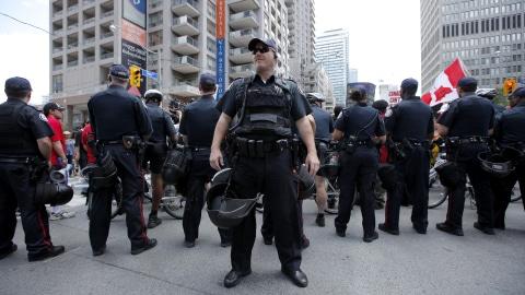 Les policiers sont prêts à faire face aux manifestants.