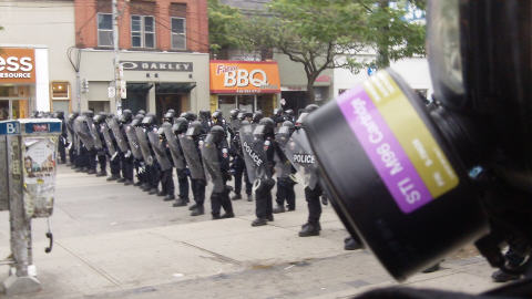 L'escouade antiémeute au coin des rues Queen et Soho.