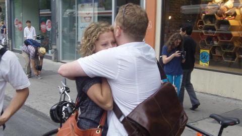 Une jeune femme effrayée par l'avancée soudaine des policiers est réconfortée par un proche.