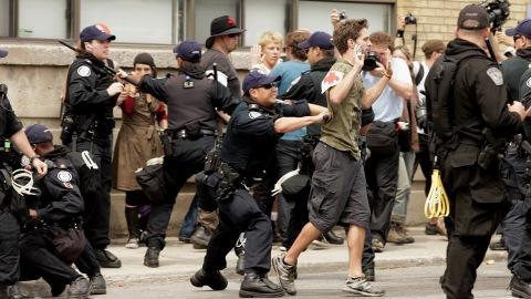 Les policiers tentent de disperser les manifestants et font des arrestations dimanche près du centre de détention où 500 personnes ont été conduites.