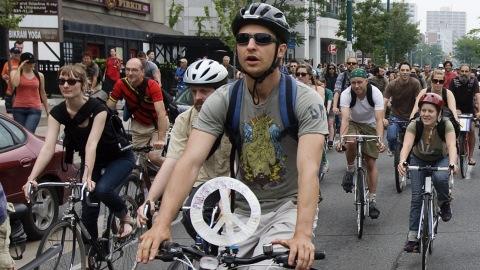 Quelques centaines de manifestants ont dévalé les rues du centre-ville de Toronto à vélo, dimanche.