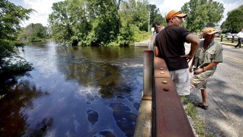 Plus de trois millions de litres de pétrole se sont répandus dans un ruisseau puis dans la rivière Kalamazoo, dans le sud du Michigan.