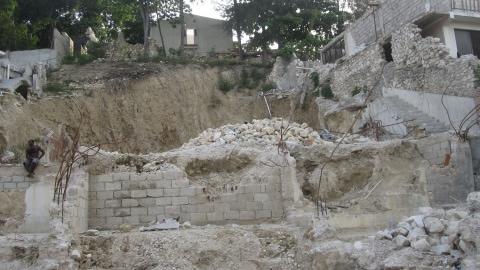 D�bris dans un quartier r�sidentiel de Port-au-Prince