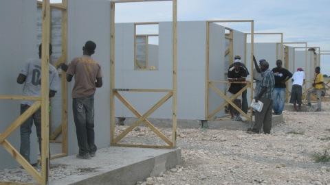 Des r�fugi�s examinent les maisonnettes construites au camp Corail-Cesselesse.