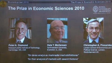 Les lauréats du prix Nobel d'économie 2010 Peter Diamond, Dale Mortensen et Christopher Pissarides