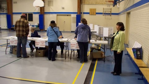Des lecteurs se prparent  voter lors d'une lection municipale.