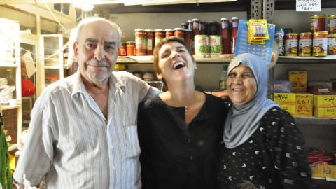 Roxane Caron avec ses � parents � palestiniens. - Photo : Roxane Caron