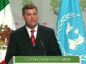 John Baird, prenant la parole devant l'assemblée plénière de la conférence de Cancun.