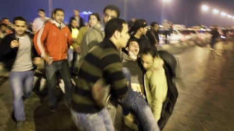 Un manifestant blessé transporté par ses pairs au Caire.