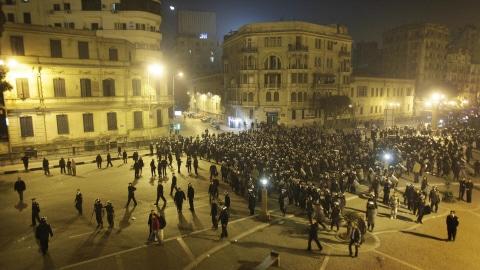 La police repousse les manifestants lors d'affrontements dans le centre du Caire.