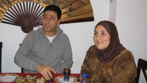 Rafike et Hakima dans leur appartement de Brossard