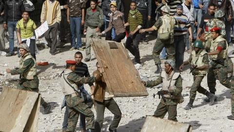 Des militaires tentent d'empêcher des partisans du raïs d'approcher des manifestants anti-Moubarak.