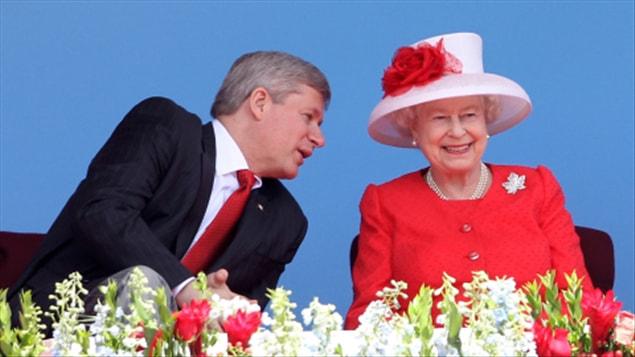 Stephen Harper et Elizabeth II (archives)