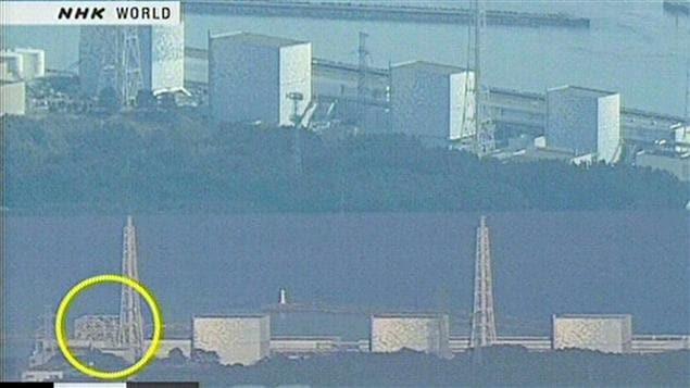 Image de la télévision japonaise NHK montrant deux photos de la centrale nucléaire Fukushima No. 1. Celle du bas montre que le toit et les murs du bâtiment ont été touchés.