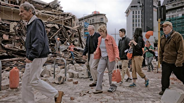 Des gens marchent à travers les débris, encore en état de choc.