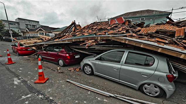 Des voitures ont été écrasées par l'effondrement d'une maison.