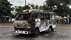 Un autobus incendi� dans le district d'Abobo d'Abidjan, un jour apr�s de violents affrontements (23 f�vrier 2011)