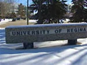 L'Université de Regina fait des accommodements religieux pour quelques étudiants qui le désirent, mais les demandes sont si peu nombreuses que l'établissement n'a pas de politique précise à ce sujet.