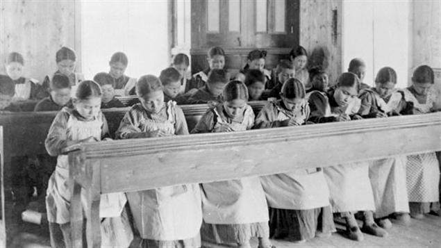 Période d'étude au pensionnat indien catholique de Fort Resolution, aux Territoires du Nord-Ouest, au début du 20e siècle