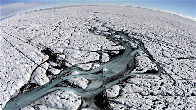 Rivière de fonte sur la calotte polaire du Groenland
