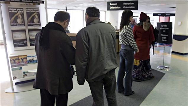 Des Canadiens dans un bureau d'emploi.