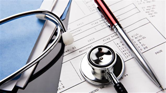 Un stéthoscope sur un dossier de médecin